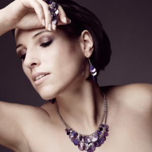 beauty shooting mit violettem schmuck